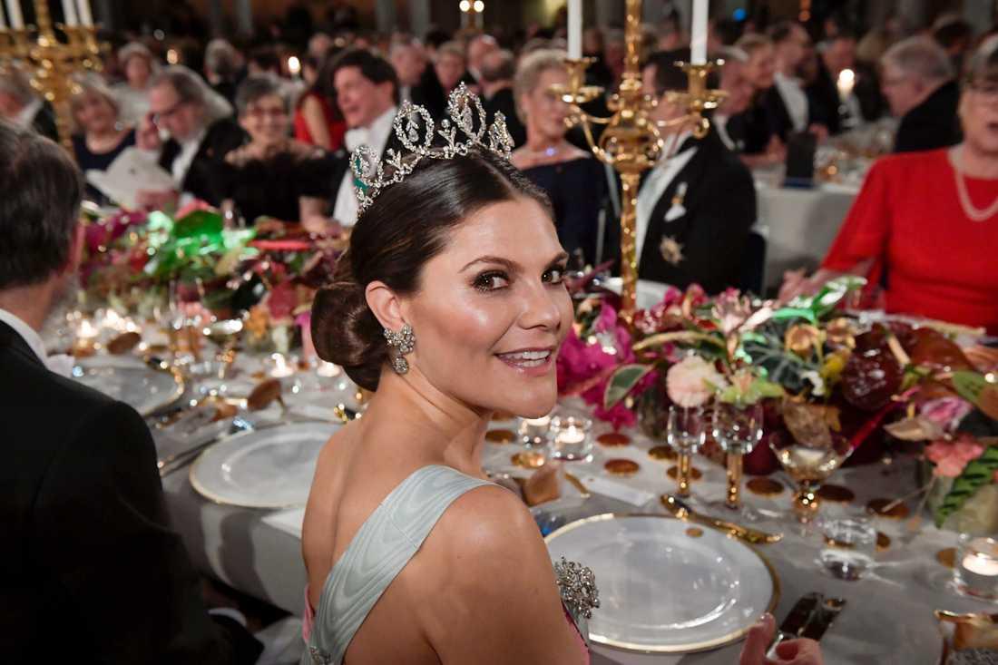 Kronprinsessan Victoria till bords under Nobelmiddagen.