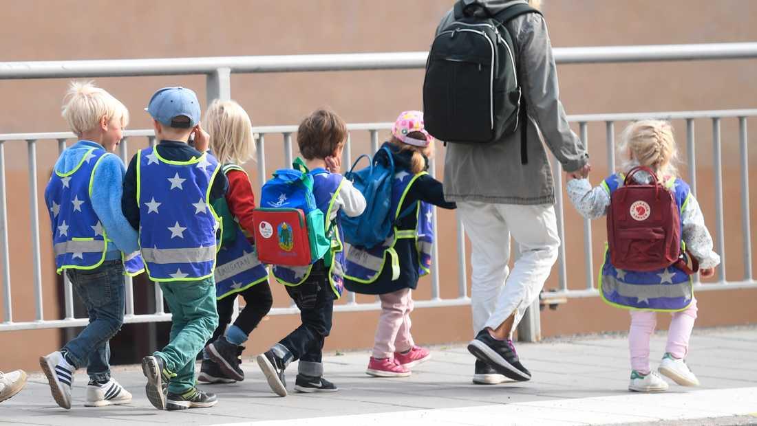 Förskolebarn på promenad. Arkivbild.
