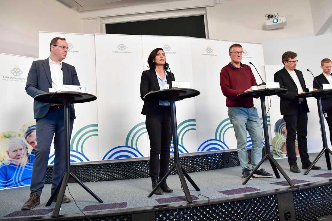 Tim Brooks, Tillväxtverket, Taha Alexandersson, Socialstyrelsen, Anders Tegnell, Folkhälsomyndigheten samt Svante Werger från MSB vid onsdagens pressträff.