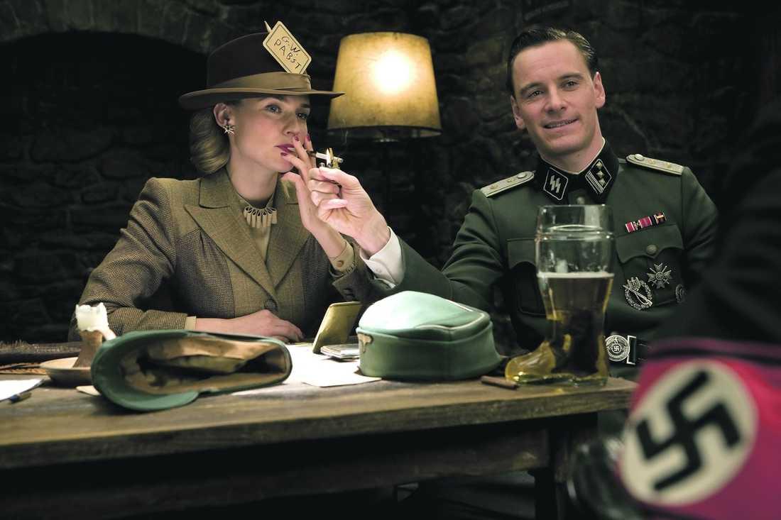 Diane Kruger spelar Bridget von Hammersmark, en spion som planerar en kupp mot Adolf Hitler, och Michael Fassbender gör rollen som löjtnant Archie Hicox.
