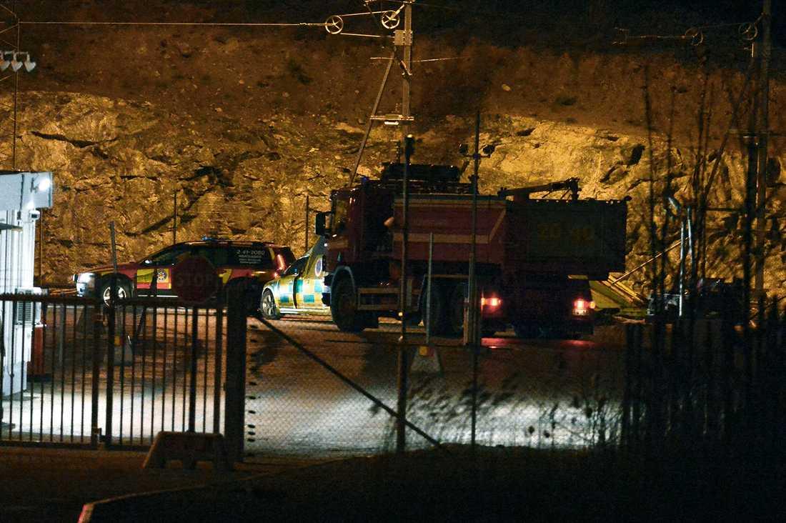 Tåget har förts till en avlägsen plats där det söks igenom av bombtekniker.