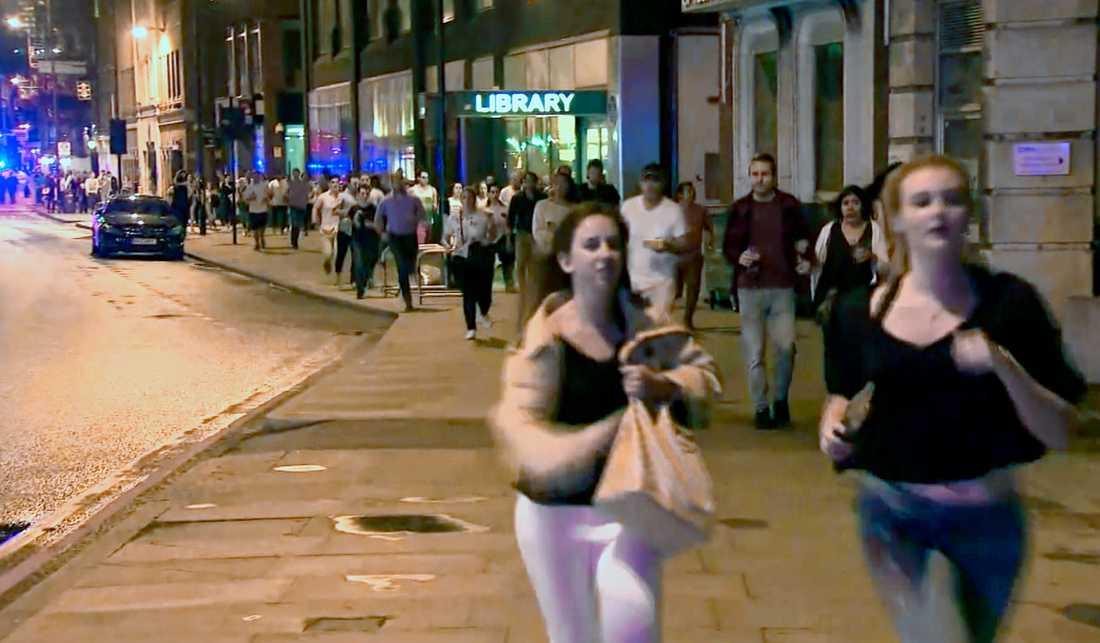 Människor flyr efter terrorattacken på London Bridge.