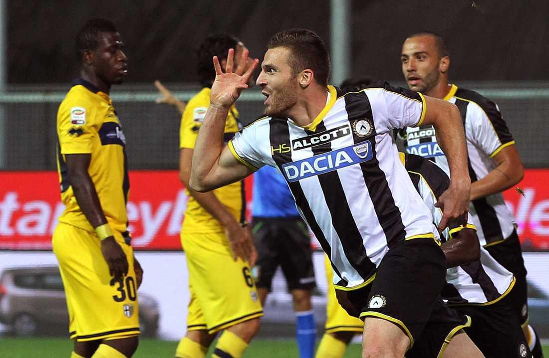 Udineses 4–2-seger mot Parma var en av de 15 matcherna på kvinnans spelkupong. Här jublar Thomas Heurtaux efter Udineses 3–2-mål.