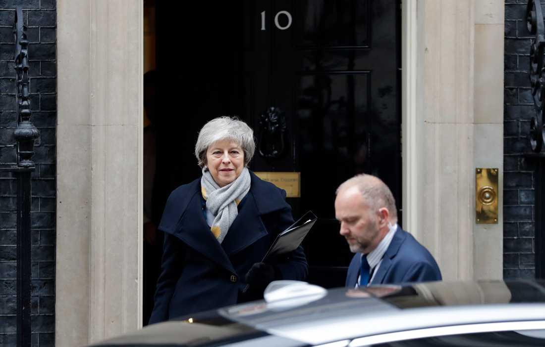 Premiärminister Theresa May lämnar Downing Street i London.