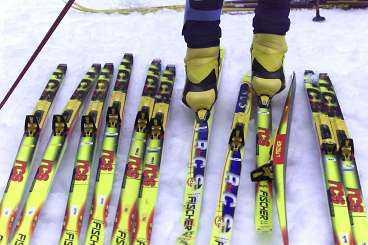 ETT SKIDJOBB Per Elofsson har mängder av skidor att välja mellan inför en tävling. Det gäller att ha rätt valla på rätt typ av skidor. Redan här avgörs en del lopp.