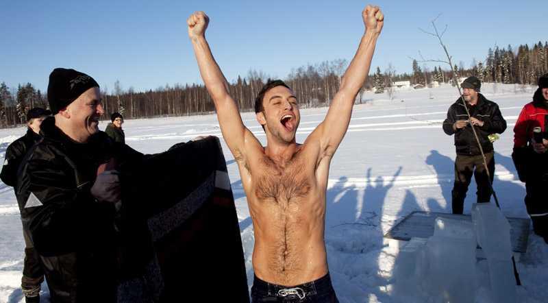 Måns Zelmerlöw var glad, nöjd – och frusen – efter det lovade isvaksbadet.