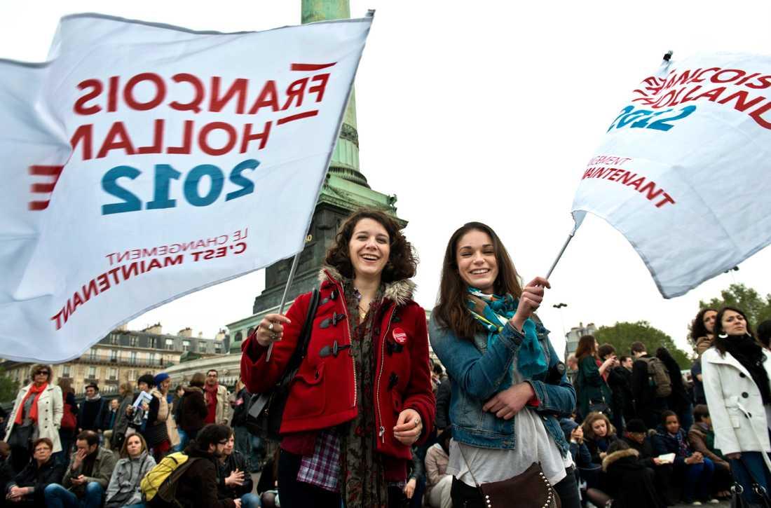 """Mathilde Barruet och Tea Gianoli är vid Bastillen för att fira Francois Hollandes seger. """"Vi är jätteglada, det var verkligen på tiden med en förändring."""""""