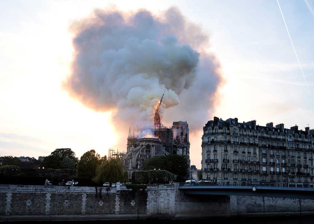 Katedralen Notre-Dame i Paris eldhärjades under måndagen.