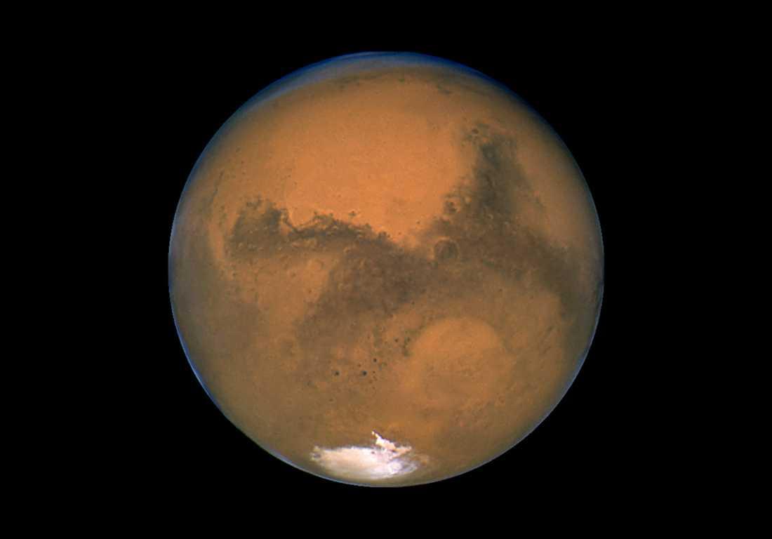 Bild på Mars tagen från rymdteleskopet Hubble. På bilden syns den södra polarisen på planeten. Under isen har forskare nu upptäckt en stor sjö med flytande vatten. Arkivbild.