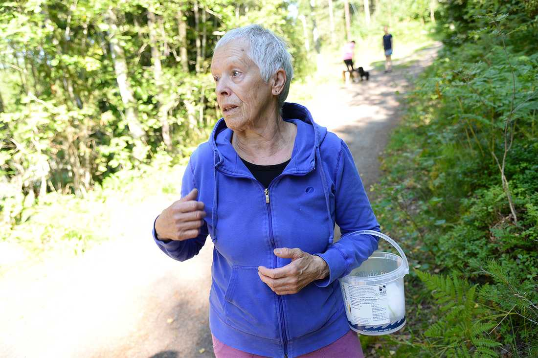 Lydia Holm, 76, har bott i området i 35 år och går varje dag ut för att plocka blåbär. I dag har hon ett larm och en sax i jackfickan.
