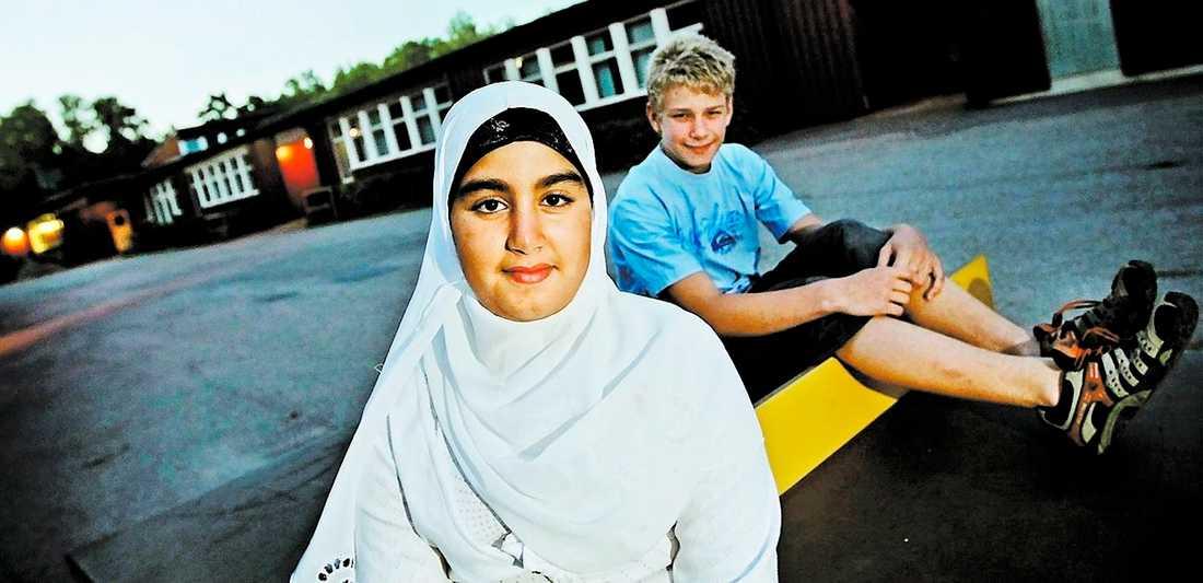 """NÖJDA MED SINA VAL Sara Kamel, 13, och Edvin Orevi, 13, har båda valt religiösa friskolor inför höstterminens skolstart. """"Jag är muslim och vill kunna be fritt under dagen"""", säger Sara Kamel."""