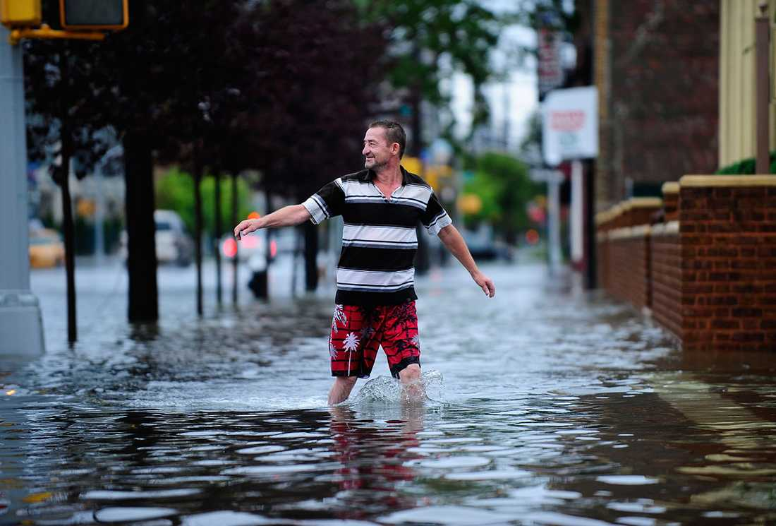 Coney Island, New York: Vattenmassorna stiger mannen till vaderna.