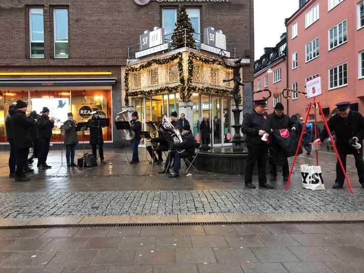 Julgryteinsamling utanför St Persgallerian.