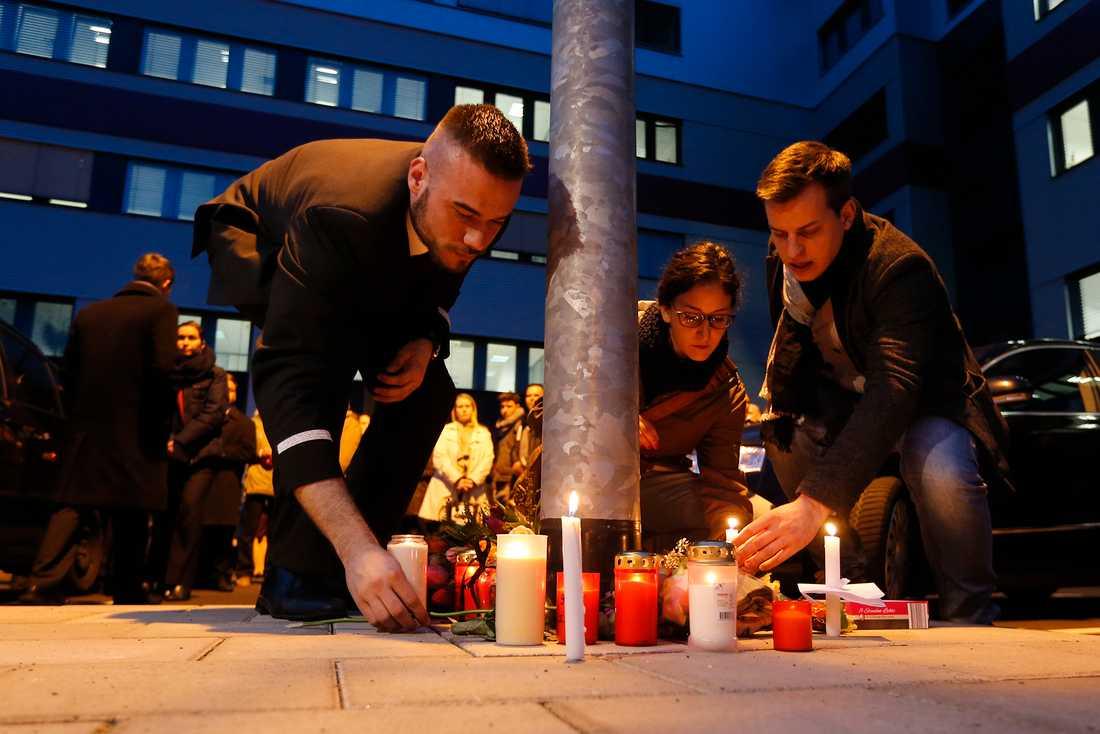 Personal från Germanwings tänder ljus utanför huvudkontoret i Bonn.