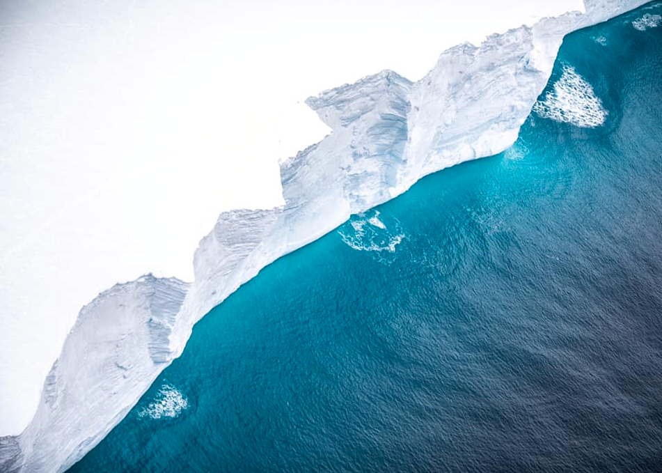 En flygbild tagen av ett RAF A400M över delar av isberget.