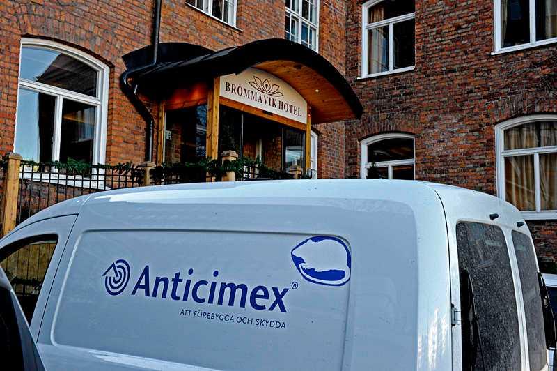 Anticimex anländer till Brommavik hotell där flera brister påträffats.