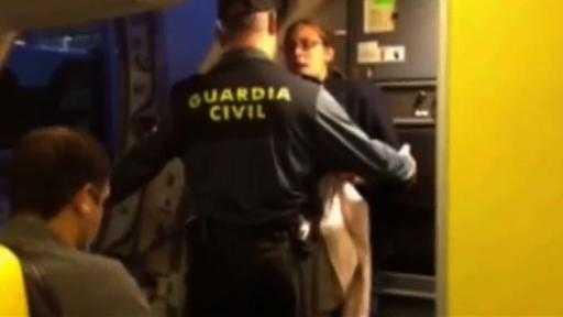 En kvinna kastades av ett Ryanair-plan i Valencia för att hon hade för mycket handbaggage – utan att ha betalat för det.