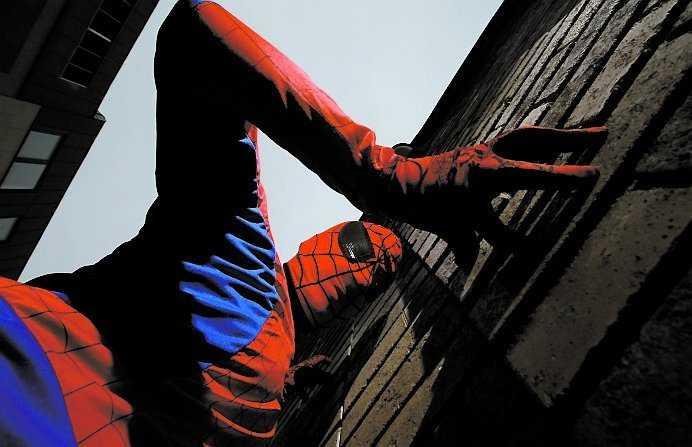 4) ... som superhjälten Spindelmannen!