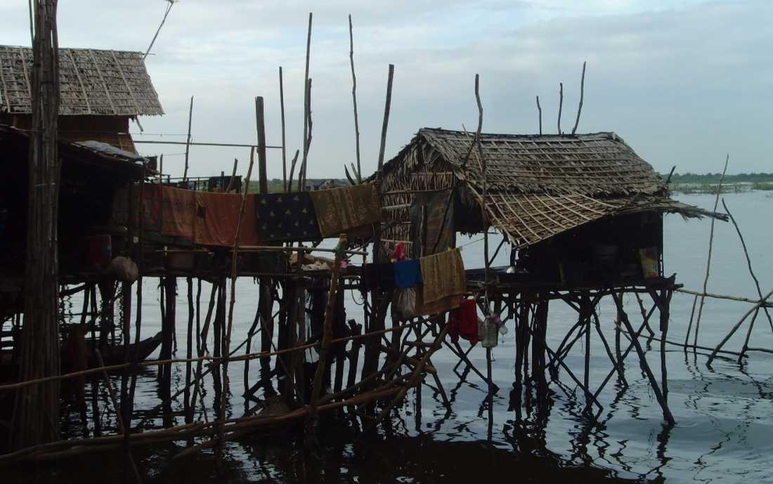 En del av husen längs sjön ser ut att ha svårt att klara ett monsunregn.