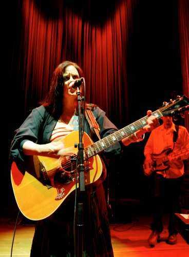 GLÖMMER ACKORDEN Maria McKee gör misstag som att inte minnas ackorden. Ensam med en gitarr är hon som bäst.