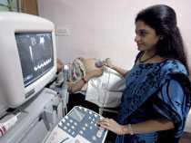 Doktor Nayna Patel undersöker en surrogatmamma på kliniken i Anand.