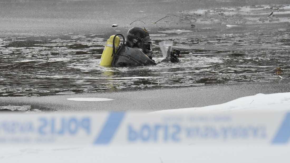 Polisen söker efter spår i en damm vid Pildammsparken i centrala Malmö efter att en man har skjutits.