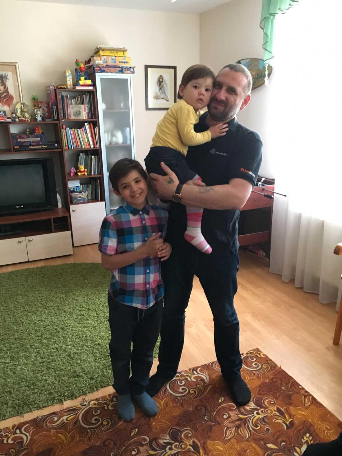 Mikhail Prihodko tillsammans med två av sina fosterbarn, Sasha, 10, och Nica, 2.