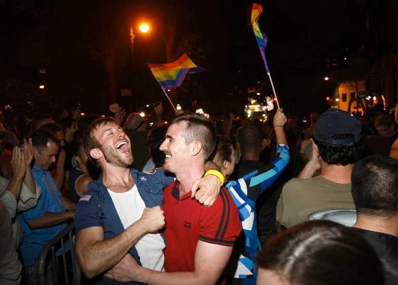 Jippie New Yorks gator fylldes av firande i natt efter att delstatens senat godkänt samkönade äktenskap.