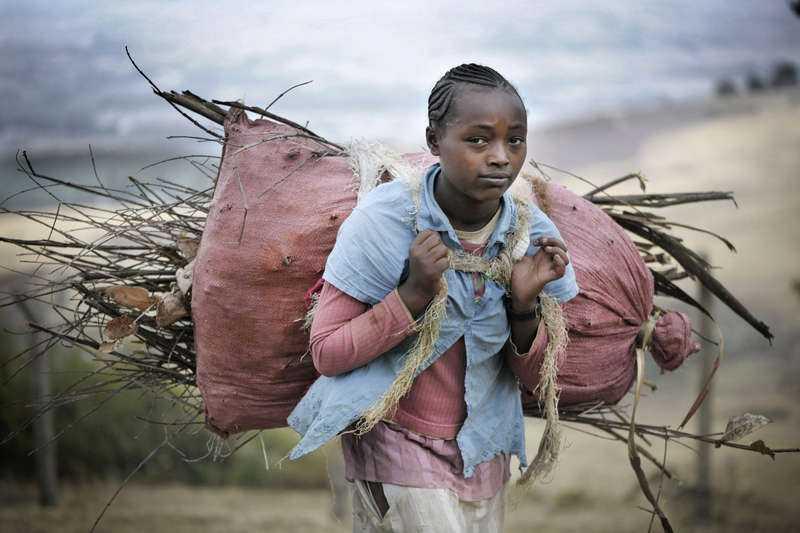 FÅR INGET BETALT Serawit Kanu, 10, får aldrig gå i skolan eller leka. Varje dag tvingas hon gå upp klockan fyra på morgonen för att bära ved, en viktig handels- vara i Etiopien, och en syssla som traditionellt sköts av kvinnor.