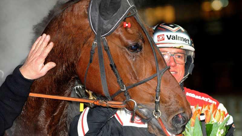 Proud Philip och kusken Örjan Kihlströme efter seger.