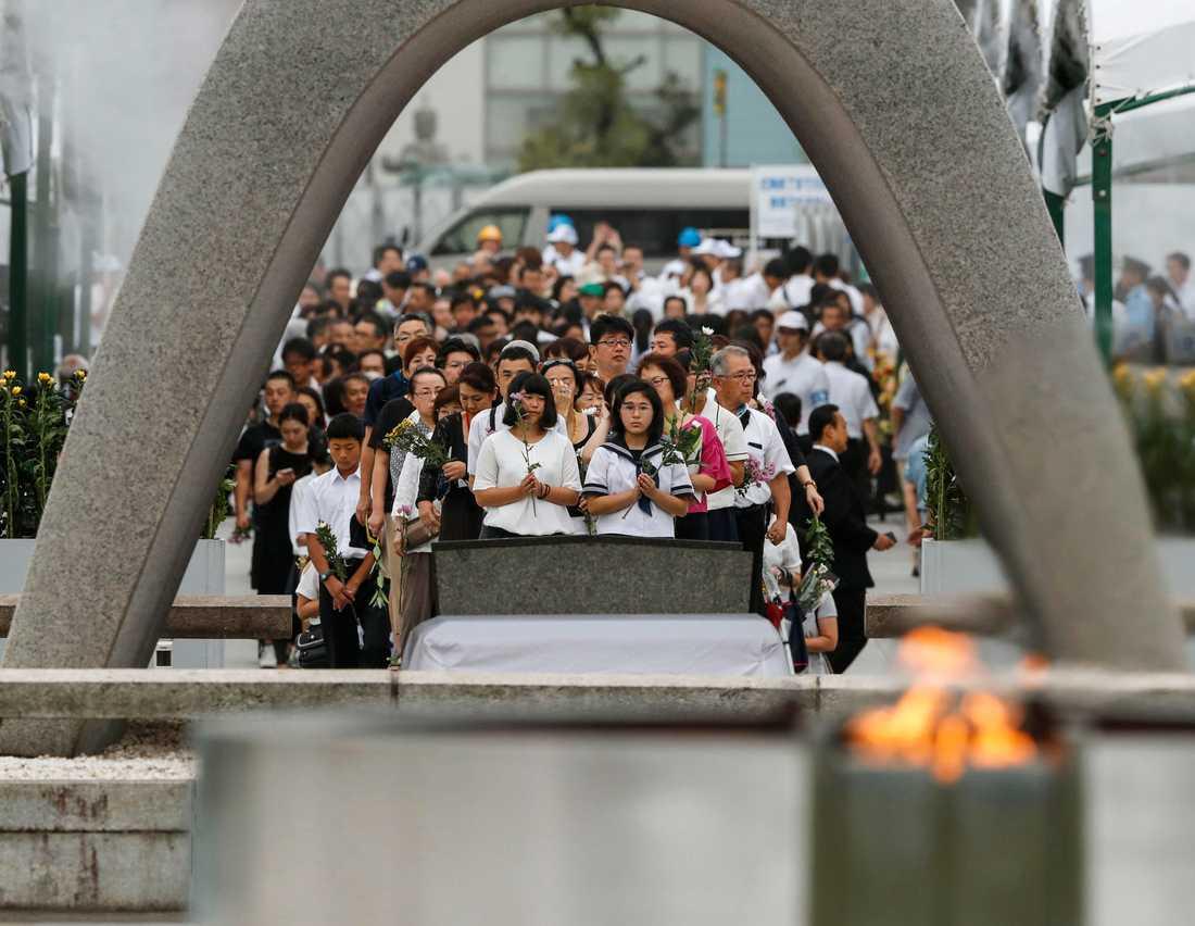 Folk samlas för att be vid minnesplatsen i Hiroshima.
