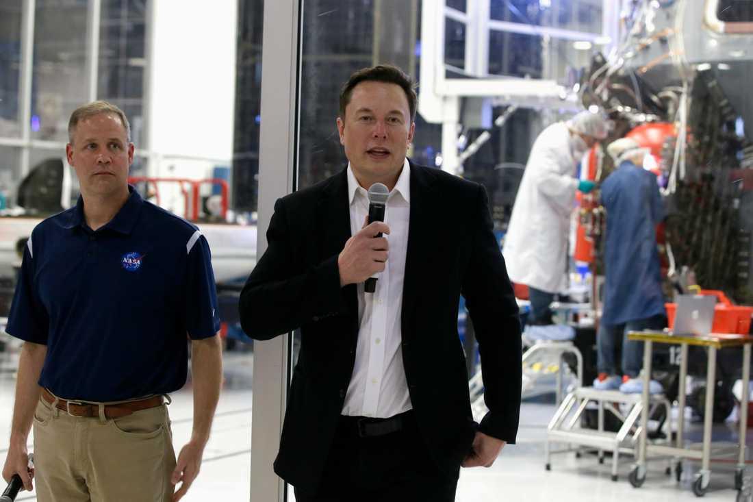 Elon Musk, till höger, och Nasa-chefen Jim Bridenstine vid SpaceX högkvarter på torsdagen.