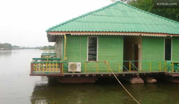 River Rafthouse, Mueang Kanchanaburi, Thailand På en flod i västra Thailand kan du flyta in i drömmarnas land... Det här flytande huset stoltserar med elektricitet, varmvatten och utsikt över bergen. Pris: 30 dollar per natt (cirka 200 kronor), 970 dollar för en månad (cirka 6500 kronor). Kolla efter billiga flygbiljetter till Thailand här!