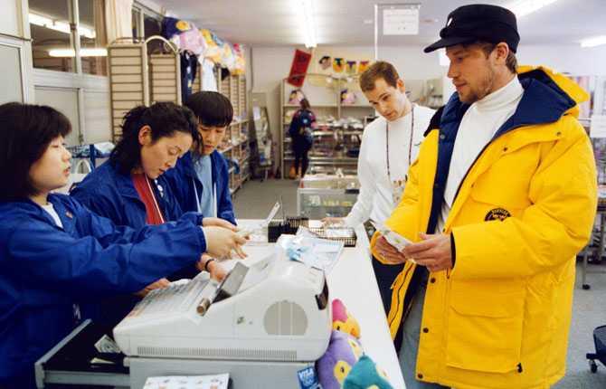 TILLBAKA I OS-BYN 1998 var det dags för OS i japanska Nagano med NHL-proffsen på plats. Här postar Peter ett vykort i OS-byn.