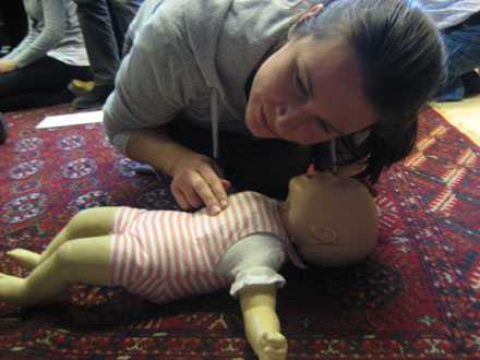 Aftonbladets reporter Åsa Erlandsson kollar om dockan andas.