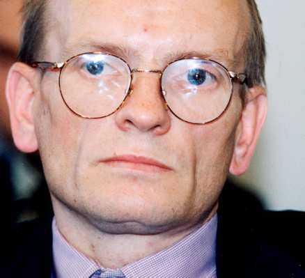 Ebbe Carlsson – en charmör och intrigör i maktens korridorer. När han dör 1992, 45 år gammal, är han förskjuten, förnekad, förnedrad.