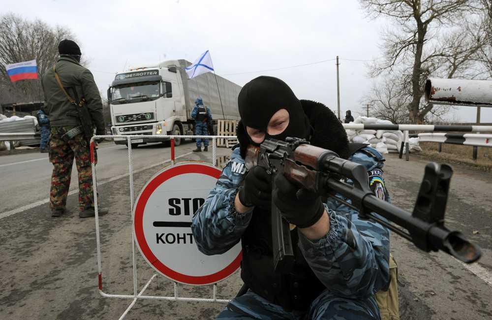 Medlemmar ur den nedlagda Berkut-polisstyrkan  vid en checkpoint på Krimhalvön.