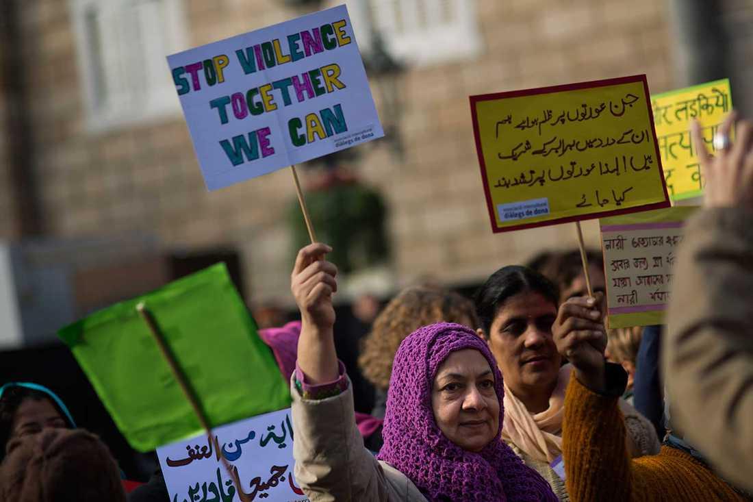 Kvinnor demonsterar i Barcelona på internationella dagen för avskaffande av våld mot kvinnor.