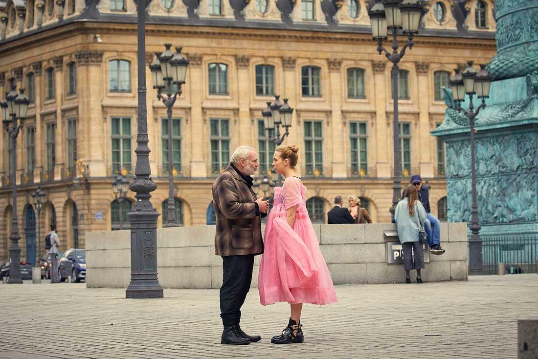 """Lekfullt motstånd. Konstantin (Kim Bodnia) blir försäkrad av Villanelle (Jodie Comer) att hon mår bra i """"Killing Eve""""."""