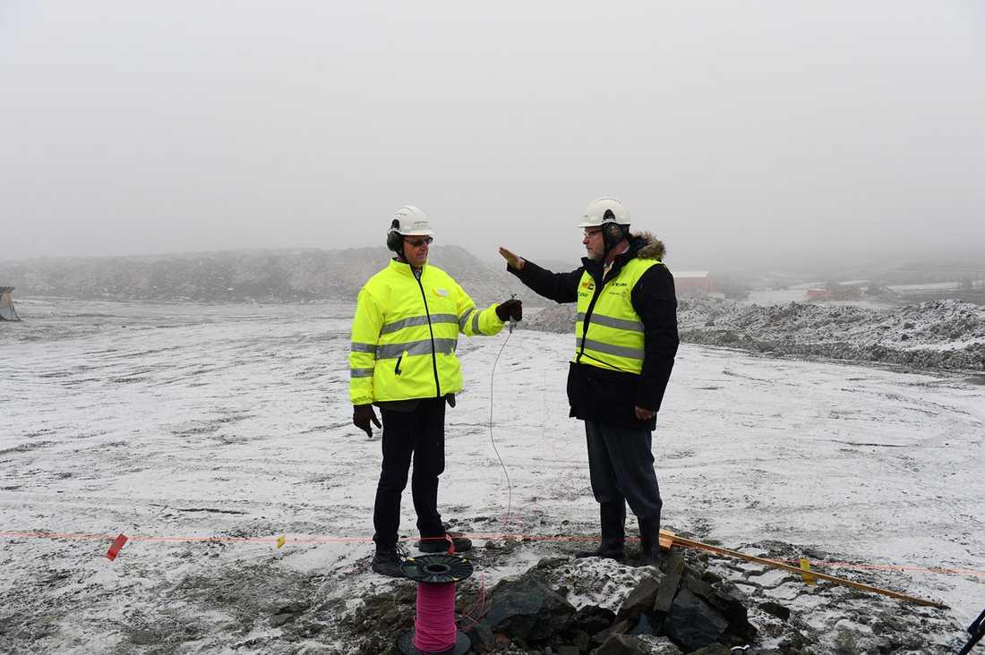 Northland Resources vd Karl-Axel Waplan och Sven-Erik Österberg (S), landshövding i Norrbotten, vid första sprängningen i gruvan i Kaunisvaara utanför Pajala.