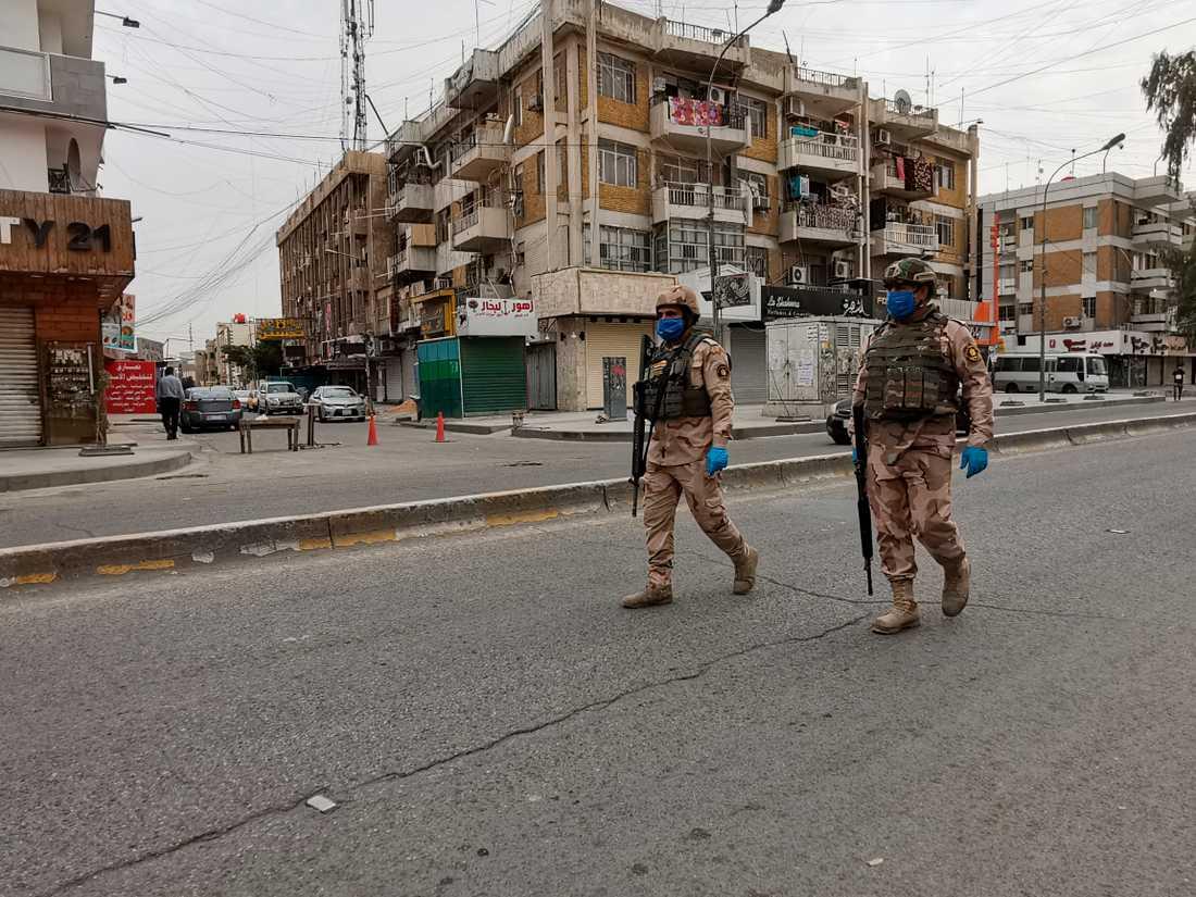 Irakiska säkerhetsstyrkor patrullerade gatorna i Bagdad i april för att kontrollera att människor följde utegångsförbudet som införts på grund av coronaviruset. Arkivbild.