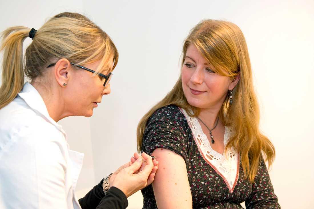 Aftonbladets reporter vaccinerar sig mot influensan. Men svenskarna är tveksamma.
