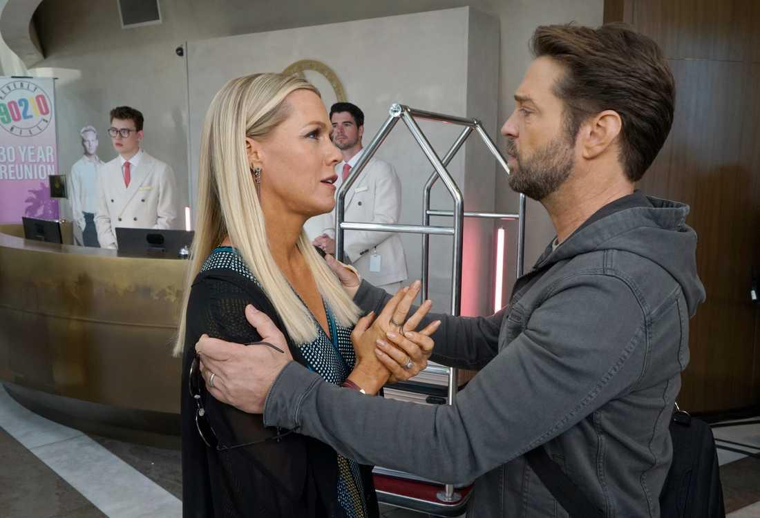 """Jennieh Garth och Jason Priestly spelade kärleksparet Kelly och Brandon i originalserien, här möts de igen i nya """"BH90210""""."""