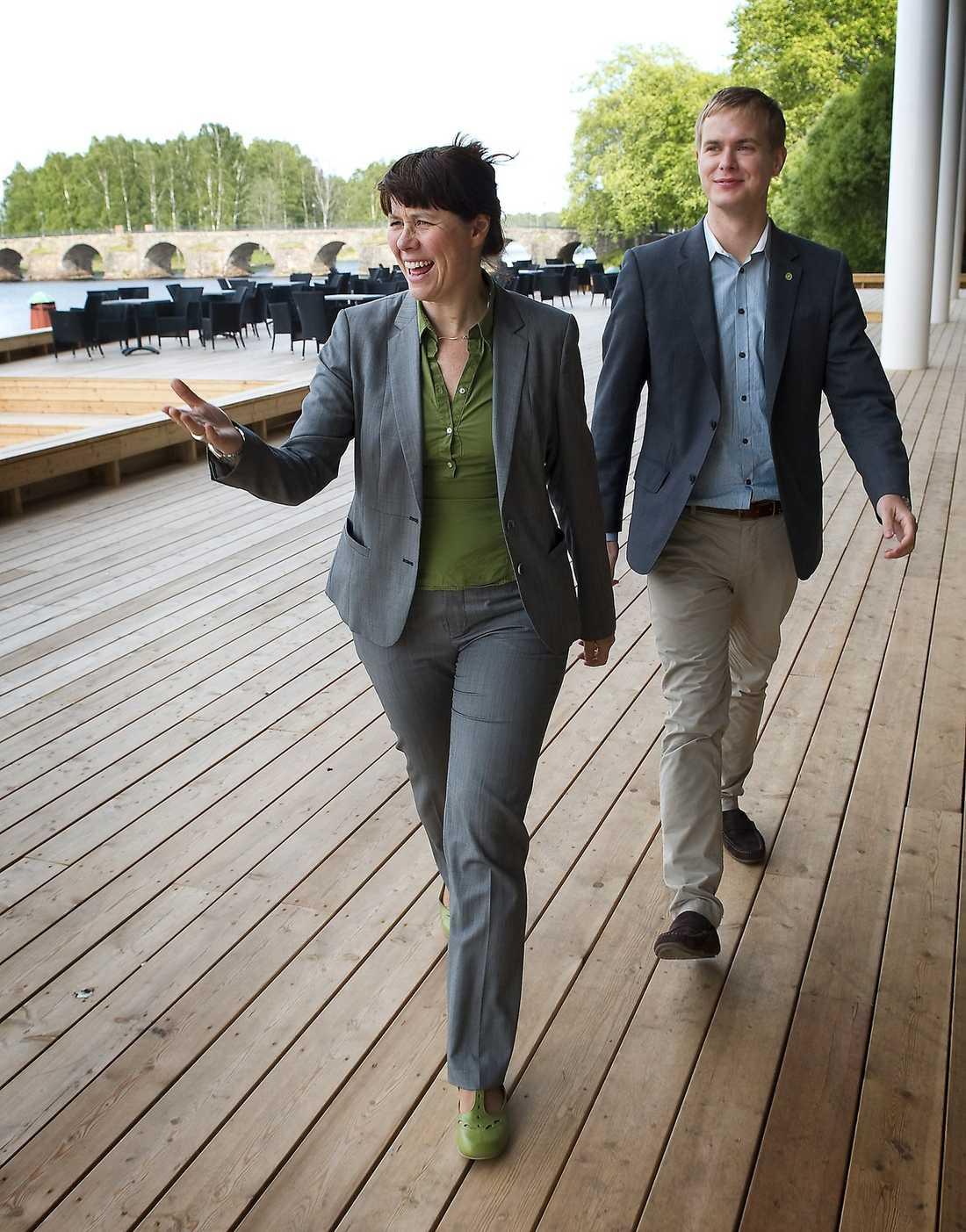 HANN INTE ENS FÅ KAFFE  Miljöpartiets språkrör Åsa Romson och Gustav Fridolin förklarade för Fredrik Reinfeldt att de inte tänkte ändra sitt nej till jobbskatteavdraget. Innan de ens fått kaffe avslutade då Reinfeldt mötet.