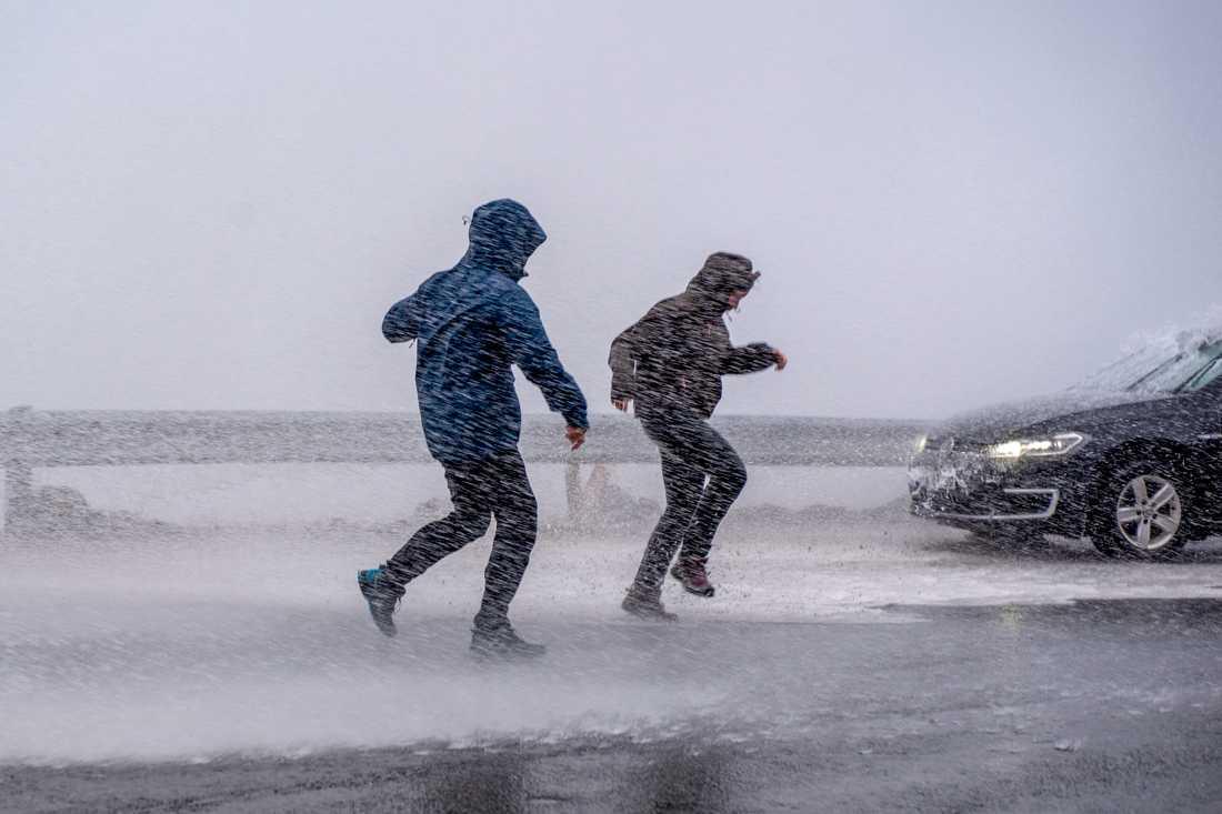 Regn och rusk – och lite snö drar in över Sverige.