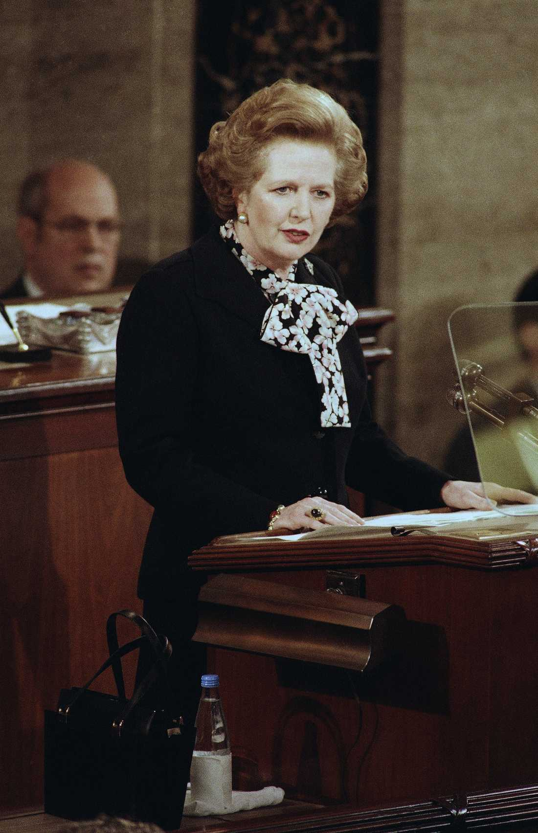 Margaret Thatcher brukade också bära knytblus ofta.