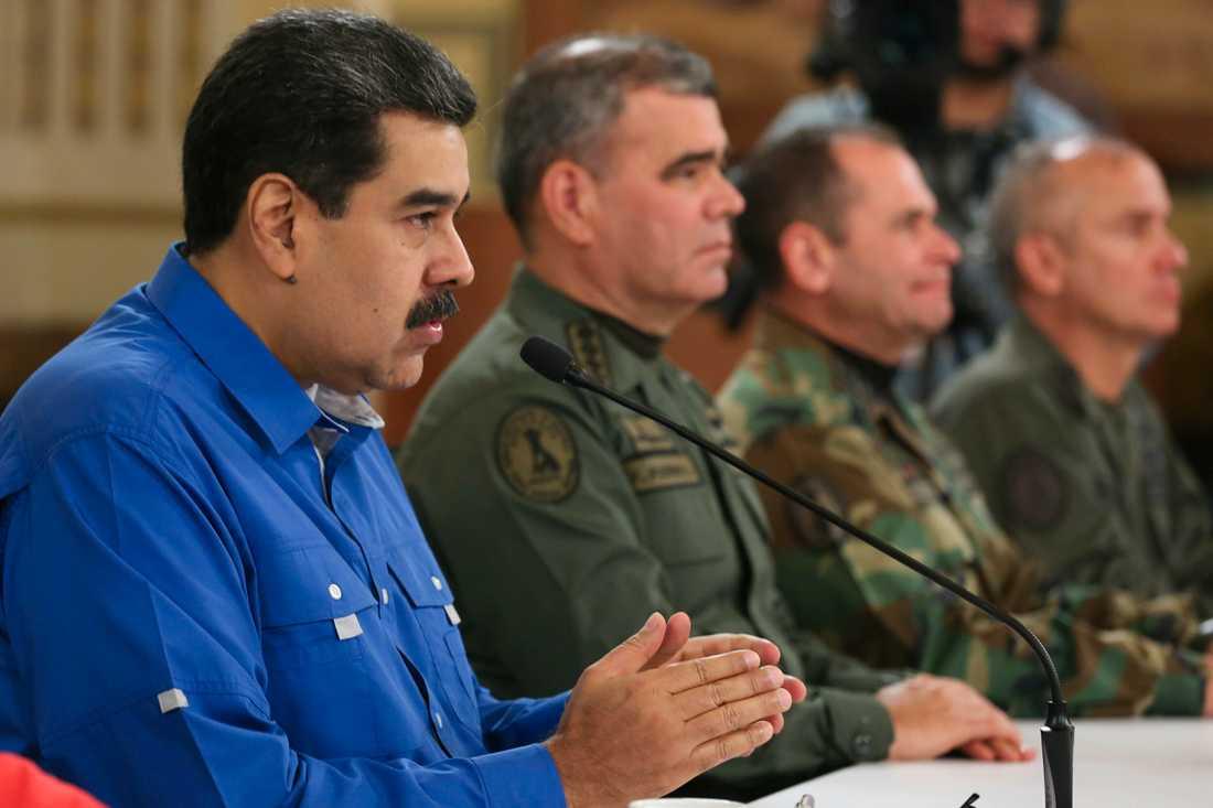 Venezuelas president Nicolás Maduro med höga militärer på onsdagen.