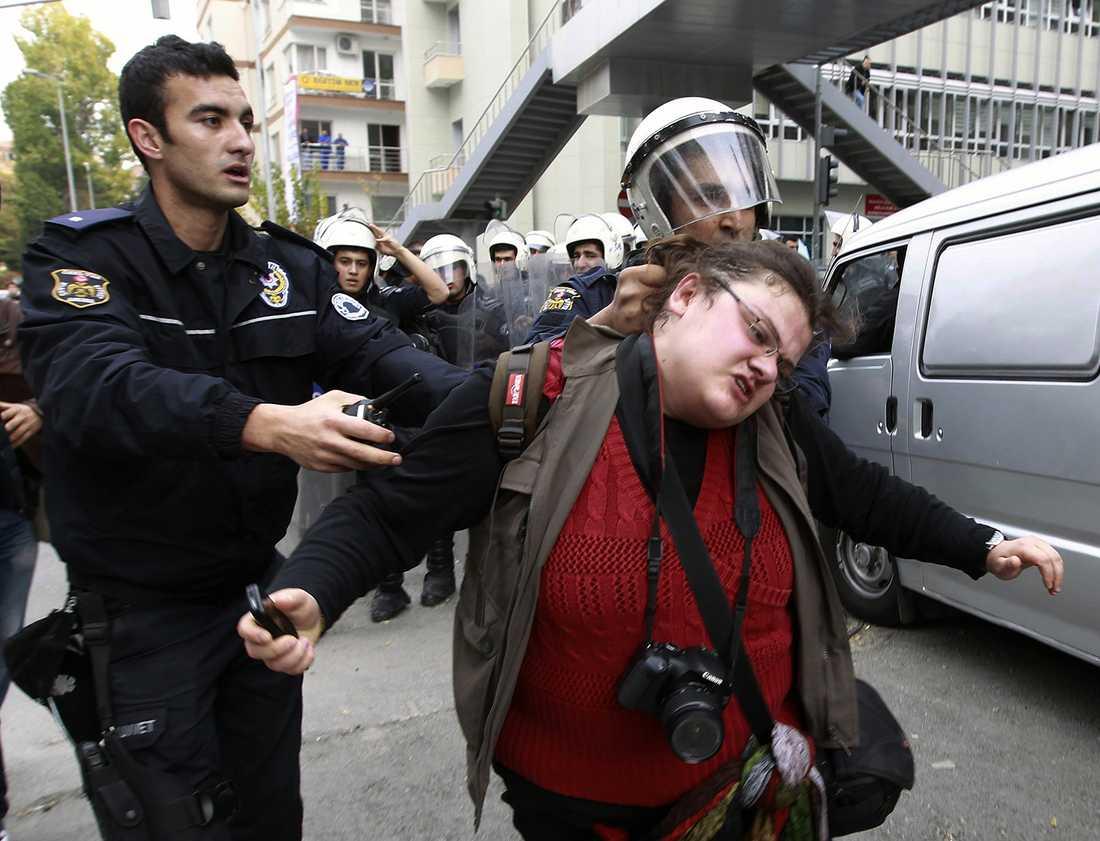 Kravallpolis tar hand om en universitetsstudent under en protest i Ankara, Turkiet. Hundratals studenter protesterade mot regeringens utbildningspolitik på onsdagen.