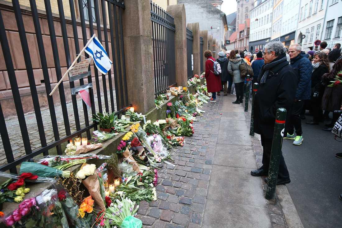 Blommor utanför synagogan i Köpenhamn där en person sköts till döds.