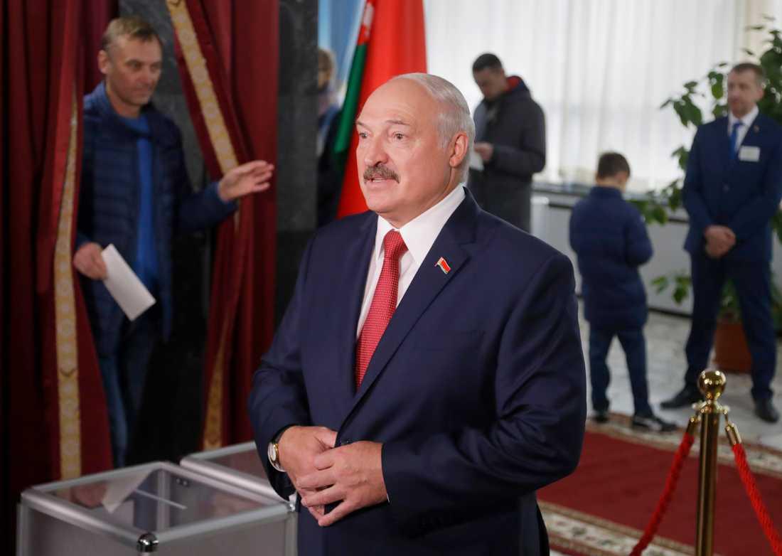 Vitrysslands president Aleksandr Lukasjenko i sin vallokal i helgen.
